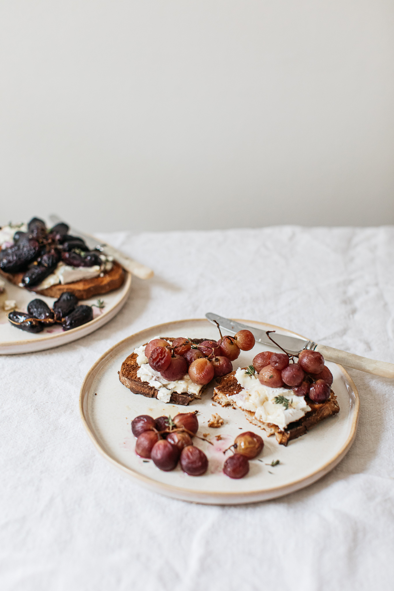 Roasted grapes on bread with goats cheese