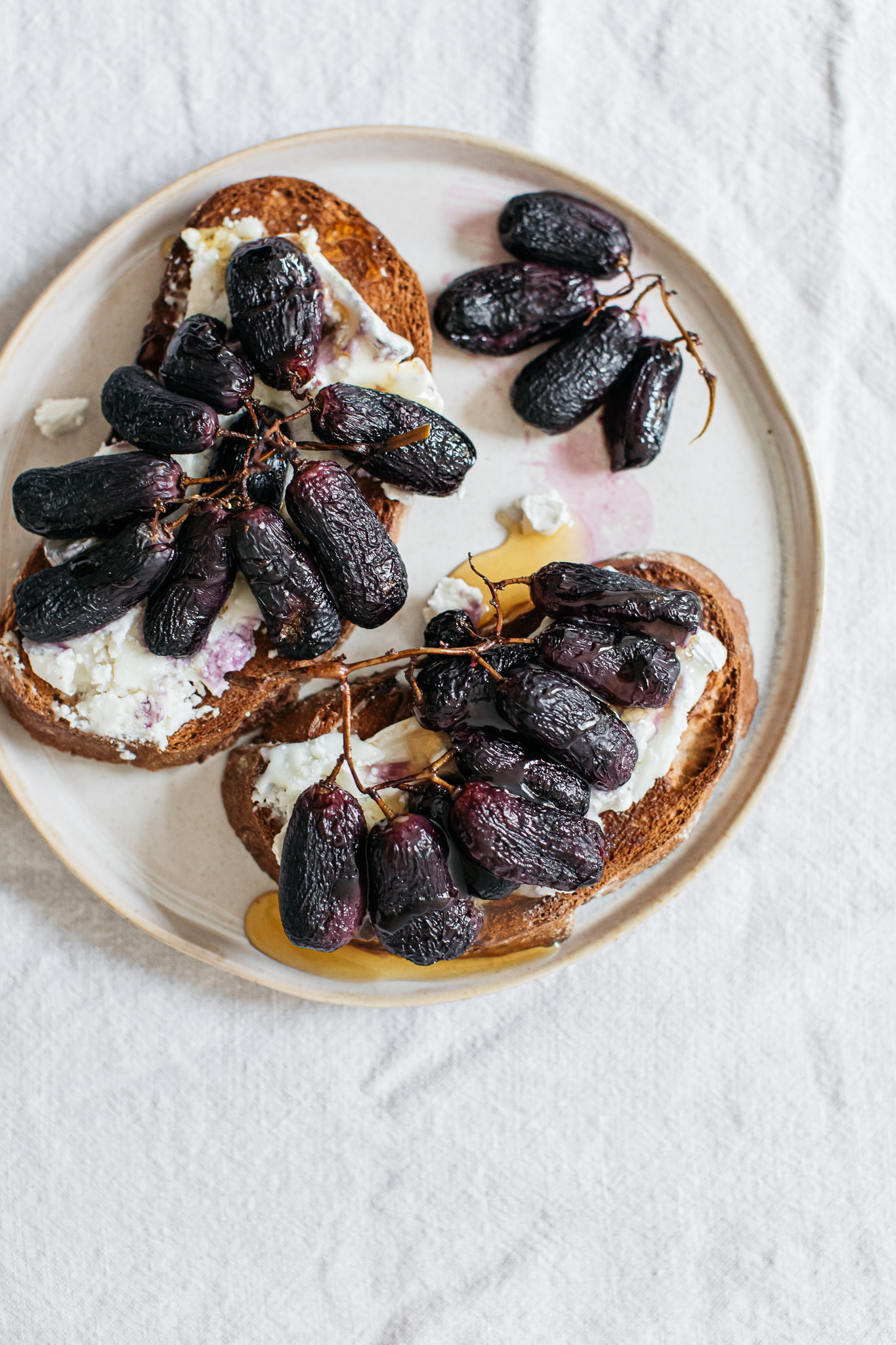 Low FODMAP roasted grapes on goats cheese toast